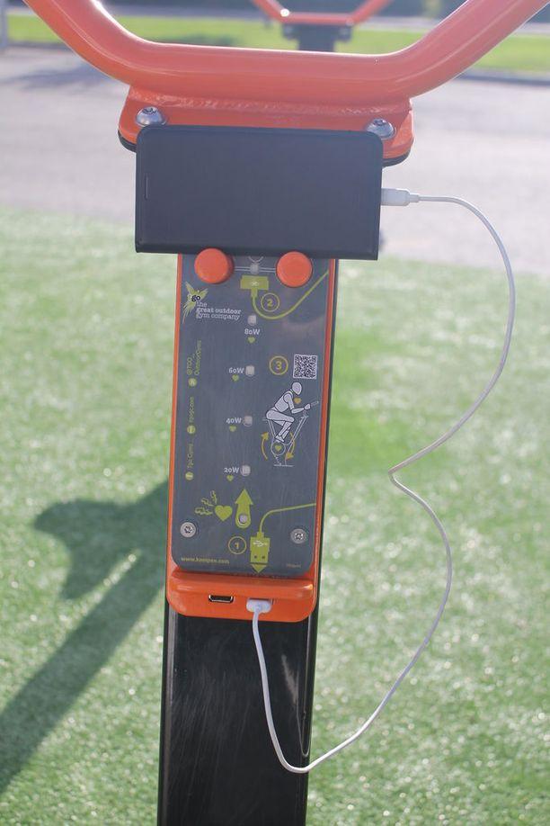 Puhelin kytketään pyörään usb-pistokkeen kautta. Mittataulukko näyttää paljonko energiaa syntyy pyöräilyn aikana.