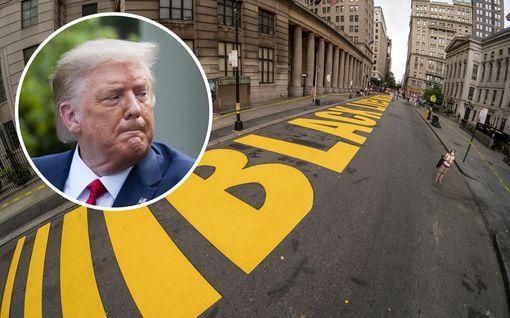 Trump ei saanut tahtoaan läpi – valtava Black Lives Matter -teksti maalattiin Trump Tower -pilvenpiirtäjän eteen