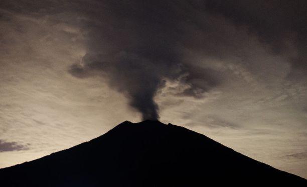 Balin turistisaaren Agung-tulivuori on puskenut tiistaista lähtien savua. Viranomaiset varoittavat tulivuoren purkautuvan milloin vain.