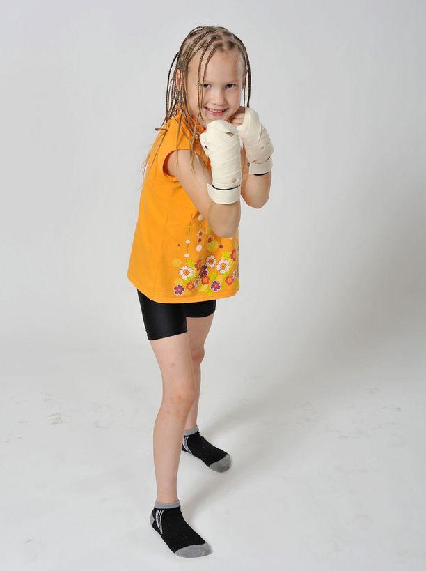 Evnika Saadkavass poseeraa jo kuin nyrkkeilijä.