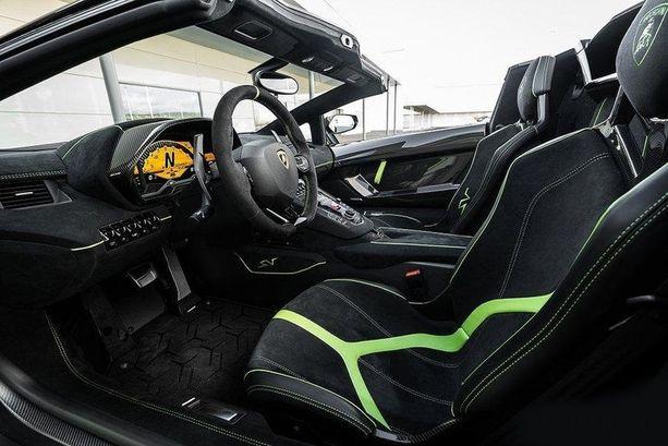 Lamborghinin nopeaa ajoon suunniteltu ohjaamo.