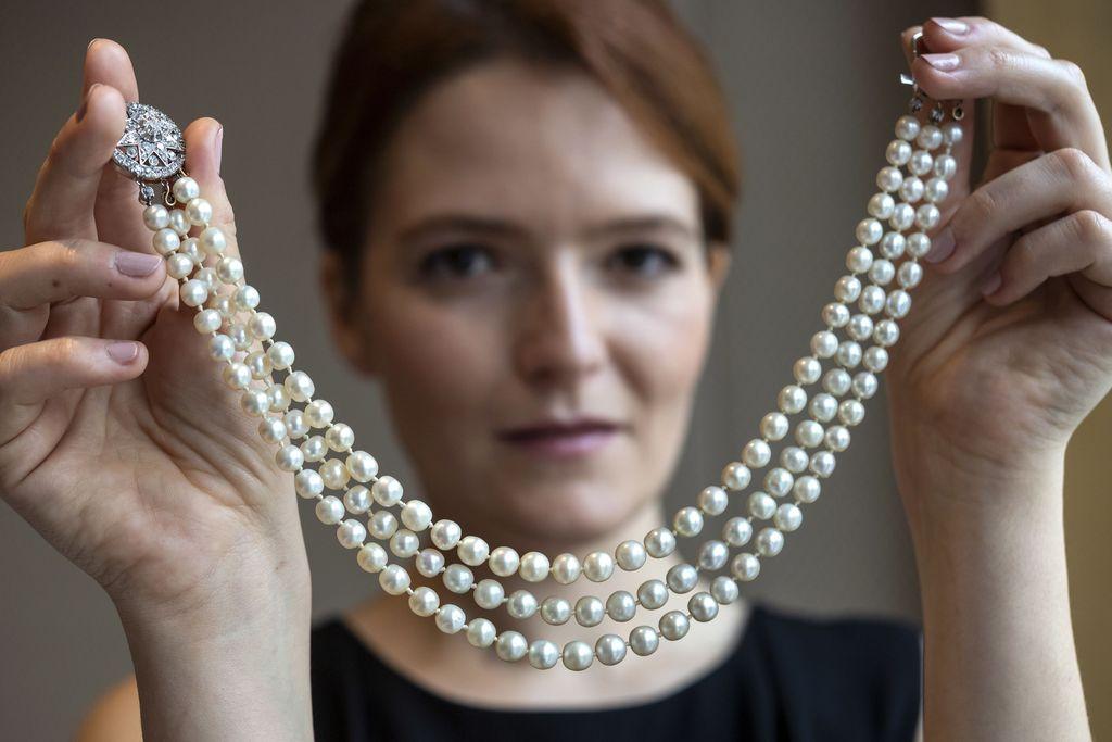 Marie Antoinetten koru huutokaupattiin ennätyshintaan - helmi-timanttikorusta maksettiin peräti 32 miljoonaa euroa