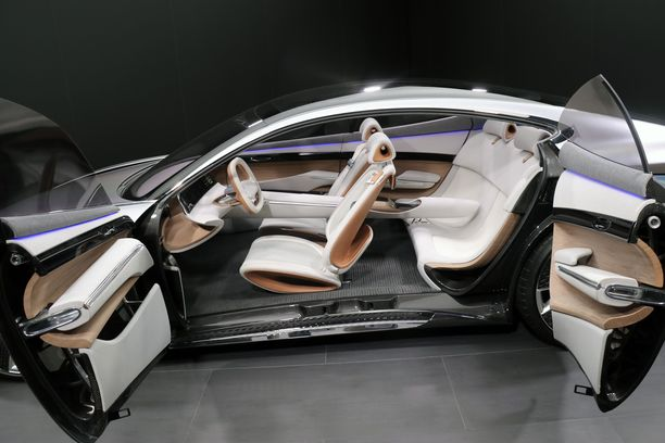 Takaovet aukeavat edestä konseptiautojen tapaan. Eleohjauksella hallitaan auton useita toimintoja kuten navigointia ja ajoasetuksia.