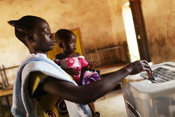 Nainen antoi äänensä Etelä-Sudanissa maanantaina. Itsenäisyyttä puoltavien uskotaan voittavan äänestyksen murskaavalla enemmistöllä.