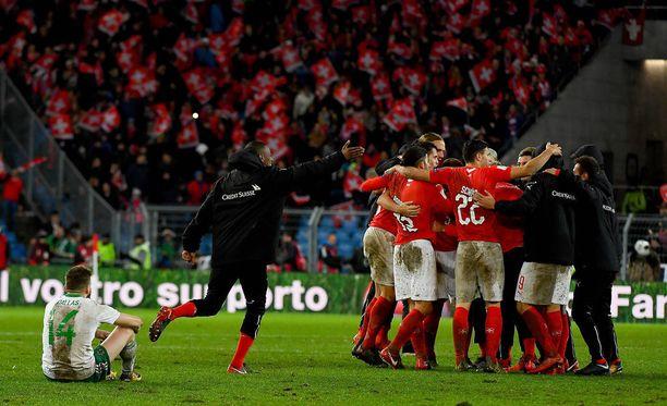 Pohjois-Irlannin Stuart Dallas (edessä istumassa) tiivistää, miltä tuntuu tippua jalkapallon MM-lopputurnauksesta.