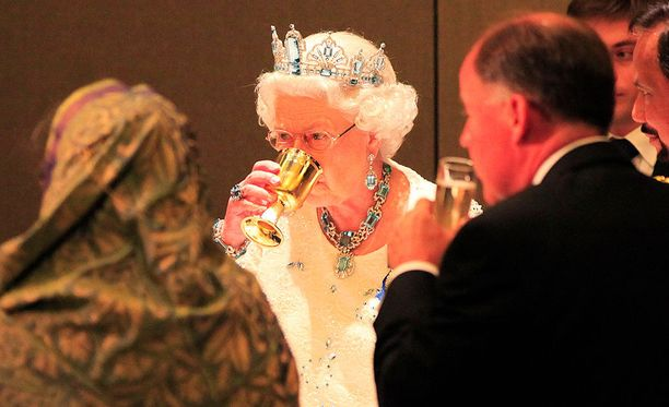 Kuningatar Elisabet edustaa lähes joka viikko jossakin tilaisuudessa.