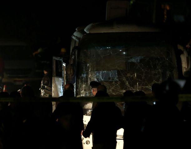 Viranomaiset tutkivat räjähdyksessä pahoin vaurioitunutta bussia.