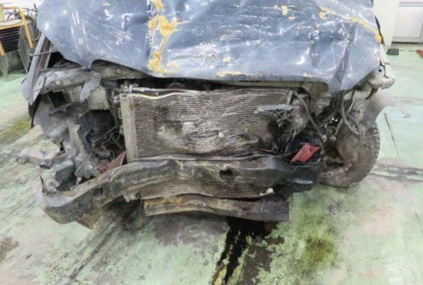 Jäljet Mersun keulassa osoittavat, kuinka se oli ensin törmännyt betonikaivon kanteen ja myöhemmin punaiseen mopoautoon.