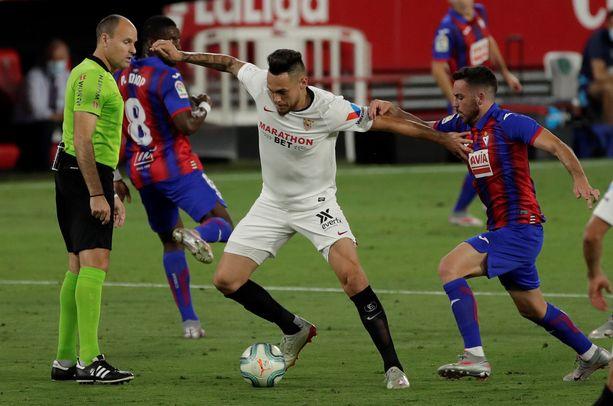 Sevillan laitahyökkääjä Lucas Ocampos viimeisteli Eibaria vastaan voittomaalin ja joutui lopussa torjuntatöihin.