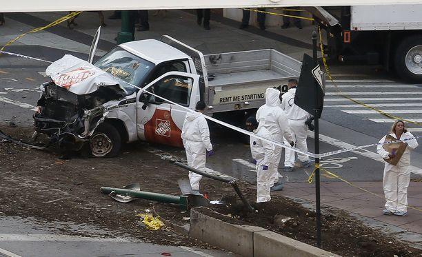 Epäilty ajoi väkijoukkoon vuokratulla avolavapakettiautolla.