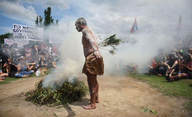 Aboriginaalit protestoivat maan kansallispäivänä savuseremonialla vanhan parlamenttitalon edustalla Canberrassa. Kansallispäivää juhlitaan samana päivänä kuin britit saapuivat Uuden Etelä-Walesin Port Jacksoniin vuonna 1788.