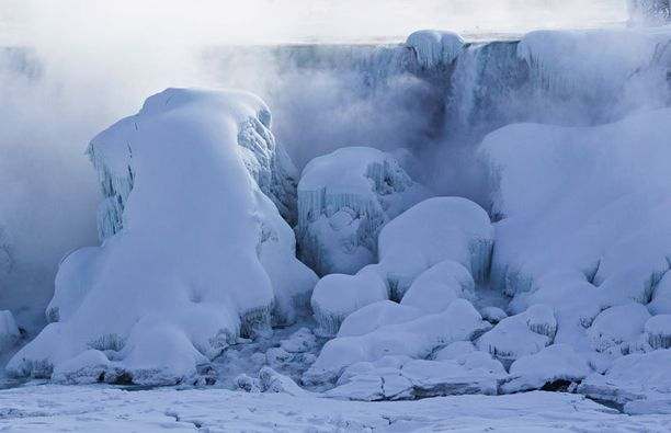 Jättimäisiä jäämassoja muodostui Niagarajoen alajuoksulle sekä Amerikkalaisen putouksen reunamille.