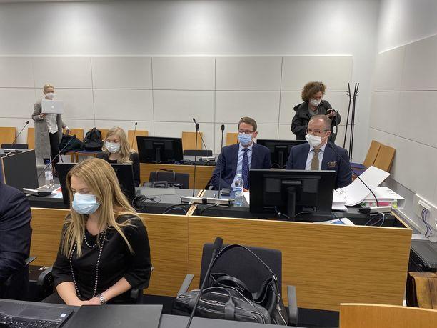 Tapani Mäkinen (keskellä sinisessä maskissa) maanantaina Itä-Uudenmaan käräjäoikeudessa.