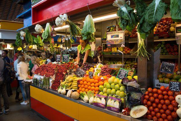 Kauppahallissa on helppo tutustua espanjalaisiin herkkuihin sekä niiden raaka-aineisiin.