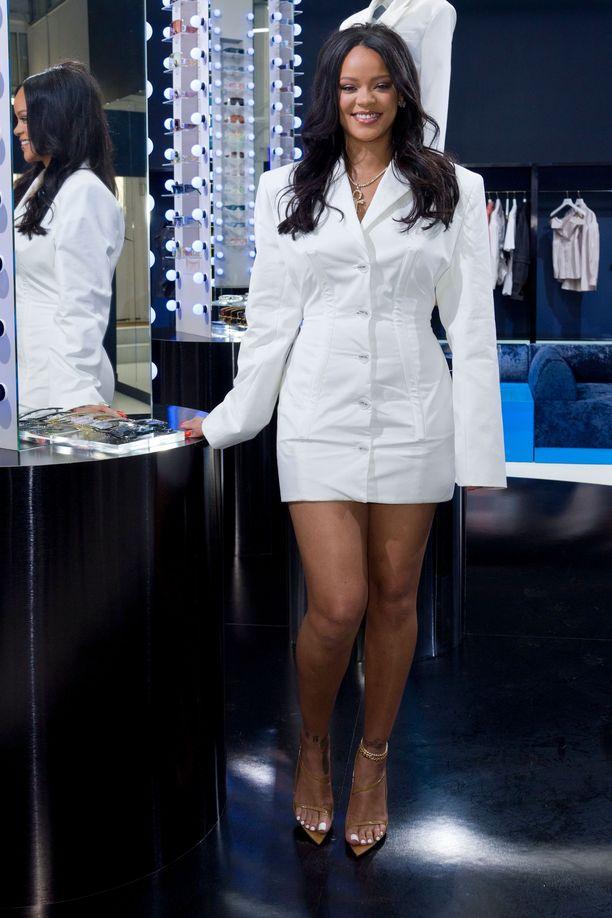 Fentyn lanseeraustilaisuudessa nähdyn mekon Rihanna kertoo valinneensa sillä perusteella, että se sai hänen vyötärönsä näyttämään kapealta ja takamuksen isommalta. Täydellinen kurvimekko siis!