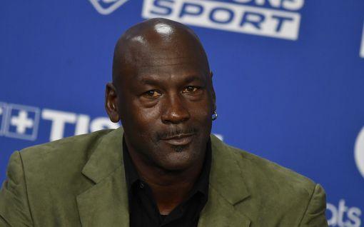 """Michael Jordan yllätti harvinaisella ulostulolla - myös Dennis Rodman reagoi USA:n tapahtumiin: """"Olemme ihmisiä, emme mitään helvetin eläimiä"""""""