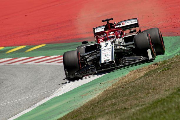 Kimi Räikkönen päihitti tallitoverinsa Itävallan GP:n aika-ajoissa.