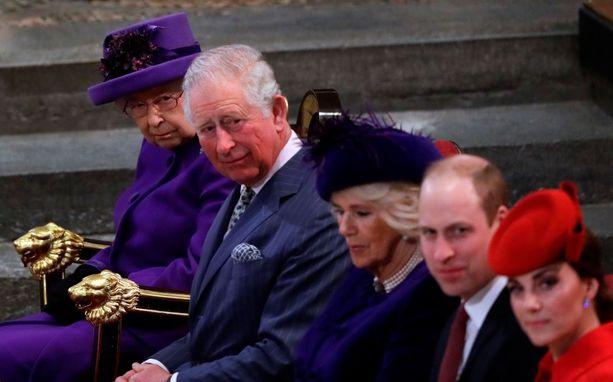 Prinssi Charles on kruununperimysjärjestyksessä ensimmäisellä sijalla. Kansa toivoisi, että prinssi luopuisi kruunusta poikansa prinssi Williamin hyväksi. Kuvassa myös Charlesin vaimo herttuatar Camilla sekä Williamin vaimo herttuatar Catherine.