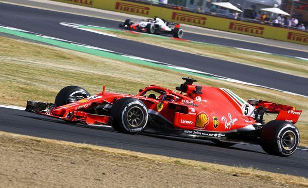 Sebastian Vettel kellotti nopeimman kierrosajan Ison-Britannian GP:n toisissa vapaissa harjoituksissa.
