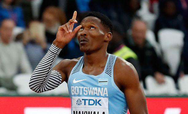 Isaac Makwalan jalka ei kantanut loppuun asti kultavauhtia 200 metrin finaalissa.