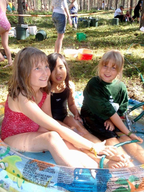 MUKAVAA Jenni Lågas (vas.), Jianling Ni ja Eve Tanskanen hymyilivät päästessään kylpyaltaaseen.