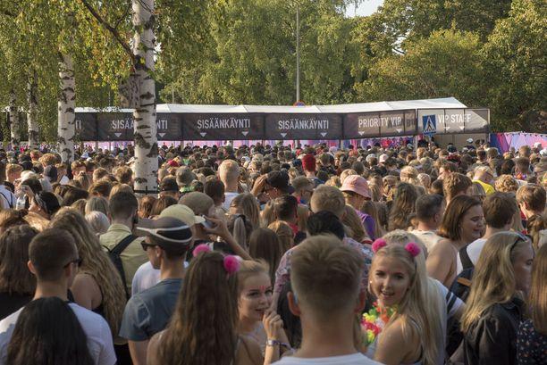 Weekend Festival alkoi tahmeasti festivaalin aukeamisen viivästyttyä. Poliisin mukaan alun ongelmat olivat suurin yksittäinen häiriö muutoin normaaliin malliin sujuneilla festivaaleilla. Hietaniemessä juhlitaan vielä tänään sunnuntaina.