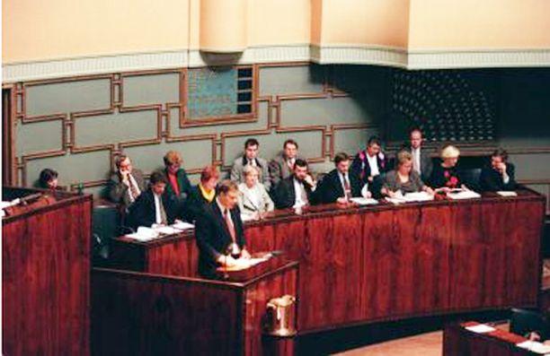 """Eduskunta 1996. Lipponen sai ensimmäisenä pääministerinä puhemieheltä huomautuksen sopimattomasta puhetavasta. Tuohtunut Lipponen tokaisi kesken ERM-keskustelun keskustallee, että """"nahkurin orsilla tavataan"""". Kuva työttömyys-välikysymyksen käsittelystä helmikuulta."""