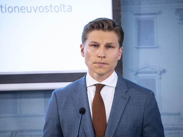 Oikeusministeri Antti Häkkänen (kok) kannattaa kansainvälistä tuomioistuinta käsittelemään Isis-taistelijoiden kotiinpaluuta.