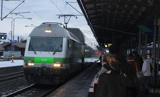 Junaliikenne toimii perjantain lakosta huolimatta normaalisti. Kuvituskuva.