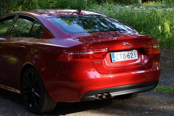 XE:n takapäässä yhdistyy coupé- sekä sedan-tyyli. Tavaratila on asiallinen.
