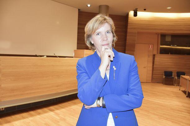 RKP:n puheenjohtaja Anna-Maja Henriksson toteaa, ettei hän voi estää ihmisiä käyttämästä hopeavettä, mutta hän ei halua millään tavalla siihen kannustaa.