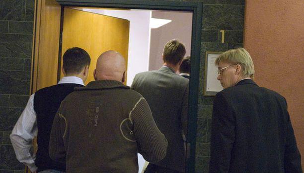 KÄSITTELY ALKOI Vanhoille liikekumppaneille luettiin torstaina syytteet Tampereen käräjäoikeudessa erinäisistä talousrikoksista.