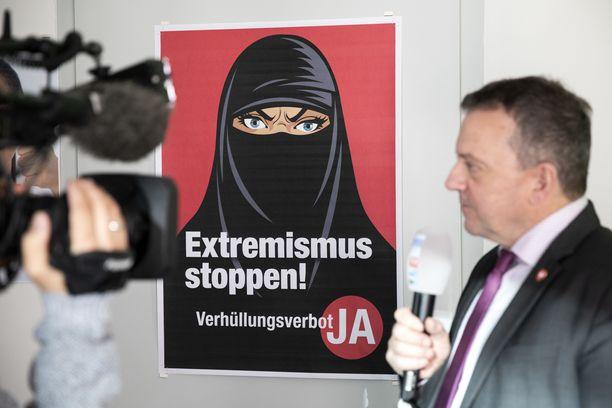 Sveitsin kansanpuolueen poliitikko Walter Wobmann haastattelussa vaalien alla