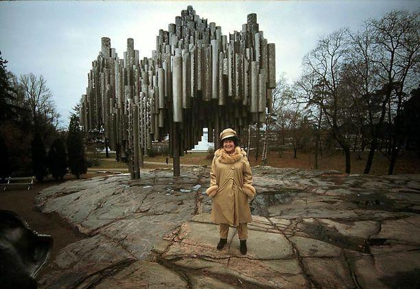 Sibelius-monumentin valmistuminen rahoituksineen 1960-luvulla oli kivulias prosessi. Kansalaiskeräyksellä saatiin vuoden 1966 loppuun mennessä nykyrahassa noin 1,2 miljoonaa euroa, mutta hankkeen takana ollut Sibelius-seura sijoitti ne tappiollisiin osakekauppoihin. Kuvanveistäjä Eila Hiltunen sanoo pyytäneensä omasta työstään korvaukseksi nykyrahaan suhteutettuna noin 110 000 euroa, mutta joutui tyytymään noin 83 000 euroon.