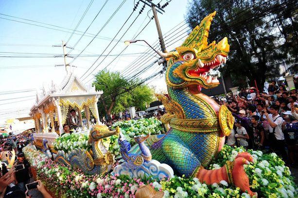 Songkranin ohjelmaan voi kuulua myös värikkäitä kulkueita.