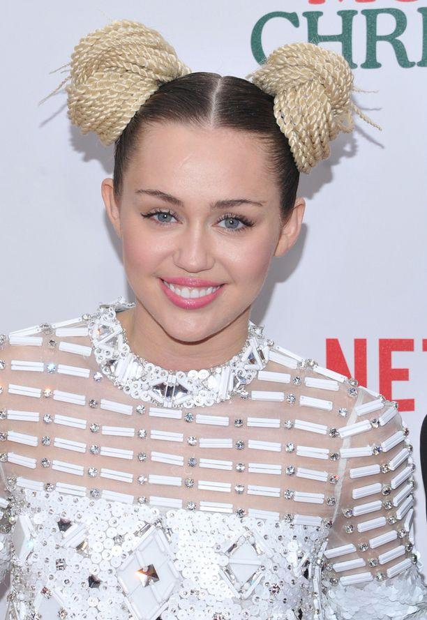 Miley Cyrusin kampaus yhdisti kahta eri väriä ja tyyliä.