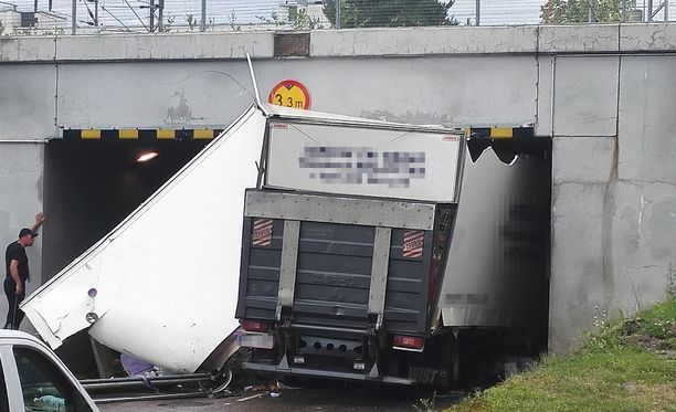 Kuorma-auto jäi katostaan kiinni Tunnelitien alikulkutunneliin Kouvolassa.