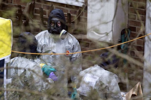 Kemiallisen sodankäynnin asiantuntijat tutkivat tänään Sergei Skripalin takapihaa Salisburyssa Britanniassa.