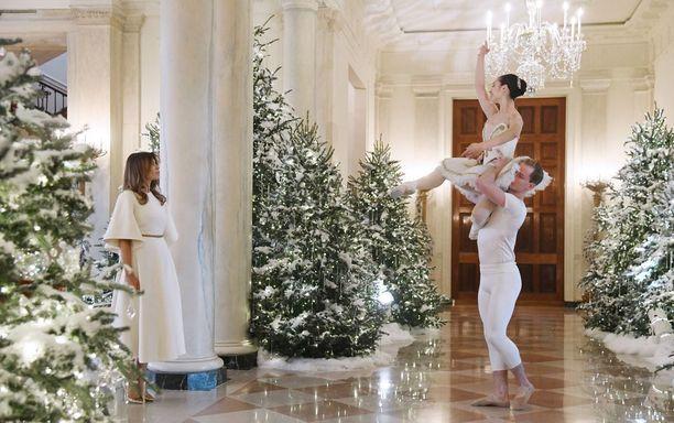 """Valkoisen talon kuusissa on kokoa ja näköä. Melania Trump on viehättynyt Kylie Jennerin tavoin """"lumisista"""" kuusista."""