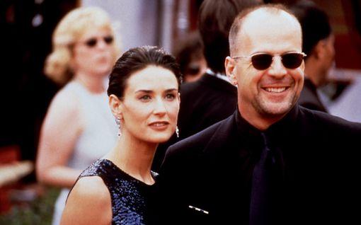 """Demi Moore onnittelee ex-aviomiestään Bruce Willisiä hulvattomalla perhepotretilla - kuvassa kaikki tyttäret: """"Olet ainutlaatuinen"""""""