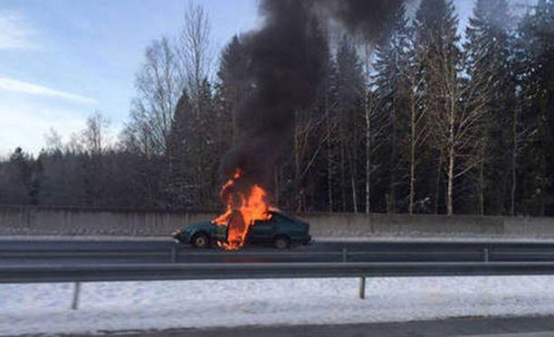 Ennen kuin ryöstäjät pakenivat paikalta, he sytyttivät yhden auton palamaan ja pakenivat muilla autoilla.