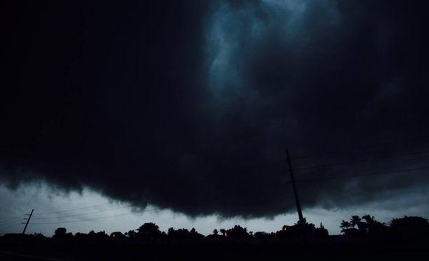 Karri Toivonen ja Bruce Vernon onnistuivat ratsastamaan Irma-hurrikaanin keskuksen läpi.