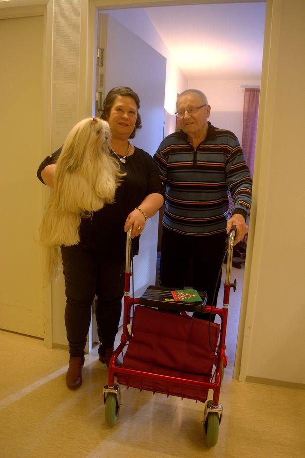 - Täällä meidän on niin hyvä olla, en muuttaisi pois, kehuu talon pitkäaikainen asukas Topi Setälä vierellään Tiina Karenmaa-Virtanen sekä Venla-koira.