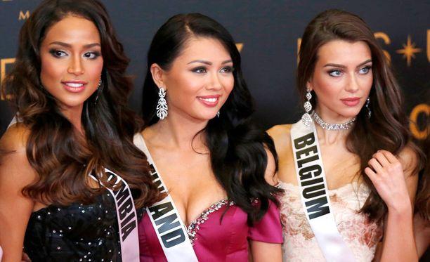 Miss Suomi Shirly Karvinen punaisella matolla Miss Kolumbian ja Miss Belgian seurassa.