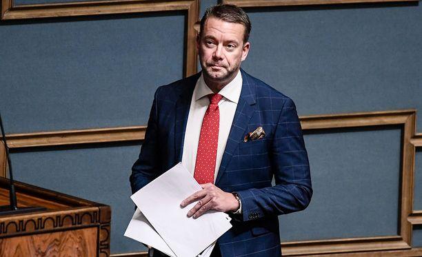 Eduskunnan ensi keväänä jättävä Stefan Wallin (r) moitti torstaina rajusti sopeutumiseläkkeistä kohun nostaneita toimittajia.