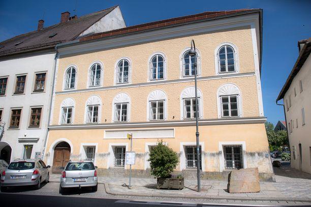 Tuleva Natsi-Saksan johtaja syntyi tämän talon toisessa kerroksessa. Hänet kastettiin katolisen kirkon jäseneksi nimellä Adolfus Hitler. Perhe muutti muualle kun Hitler oli vain muutaman viikon ikäinen.
