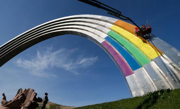 Kansojen ystävyys -monumenttia Kiovan keskustassa maalattiin sateenkaariväreihin.