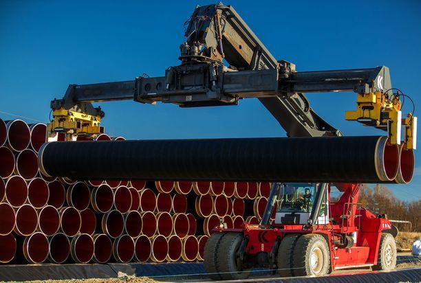 Nord Stream 2 -kaasuputken valmistelutyöt aloitettiin hyvissä ajoin ennen tarvittavia lupia. Muun muassa putkien kuljetukset ovat olleet käynnissä jo pitkään.