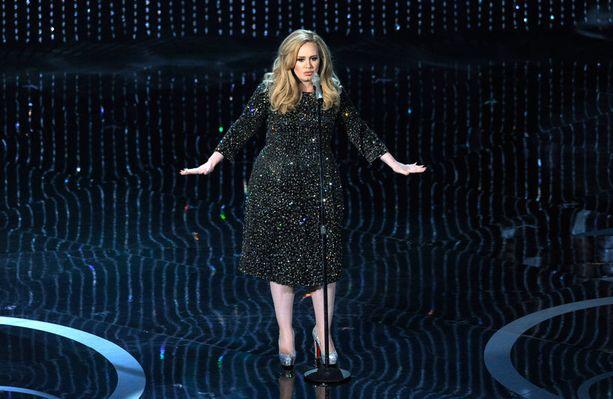 Adelen esiintymisasu painoi peräti 15 kiloa.