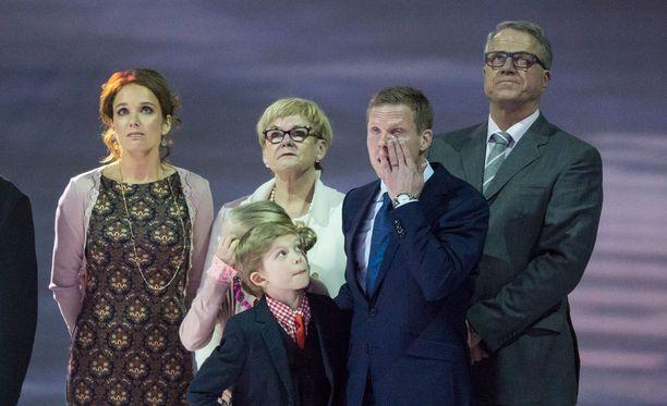 Saku Koivun Leijona-paita jäädytettiin eilen Hartwall-areenan kattoon. Seremoniassa mukana olivat myös Hanna-vaimo ja lapset Ilona ja Aatos sekä vanhemmat Jukka ja Tuire Koivu.